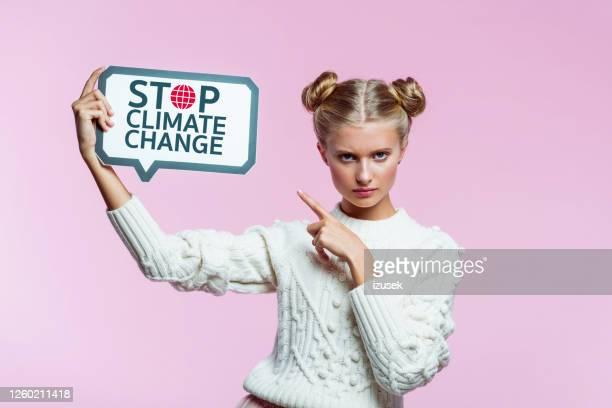 teenege ragazza arrabbiata che tiene la bolla del discorso in mano - izusek foto e immagini stock