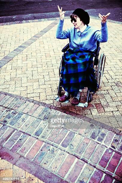 Wütende Frau im Rollstuhl ist frustriert über eine Treppe