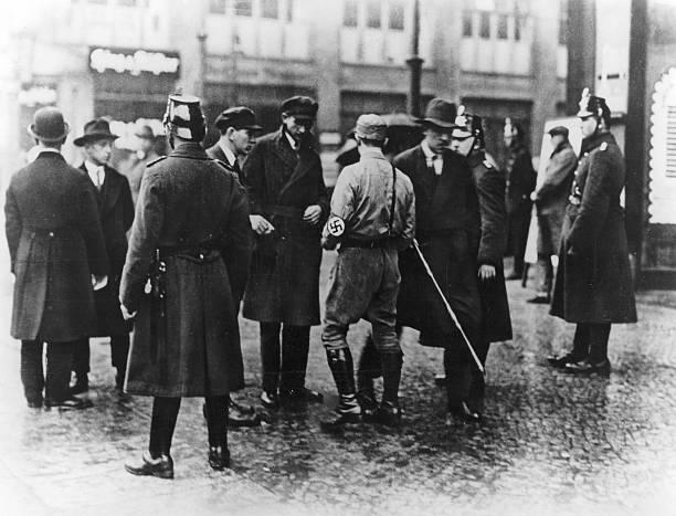 Anhänger der NSDAP gehen zu einer Kundgebung Pictures | Getty Images