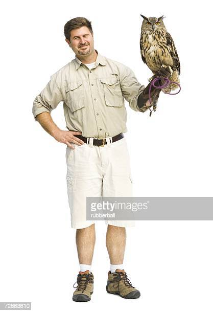 animal handler with owl - chouette blanche photos et images de collection