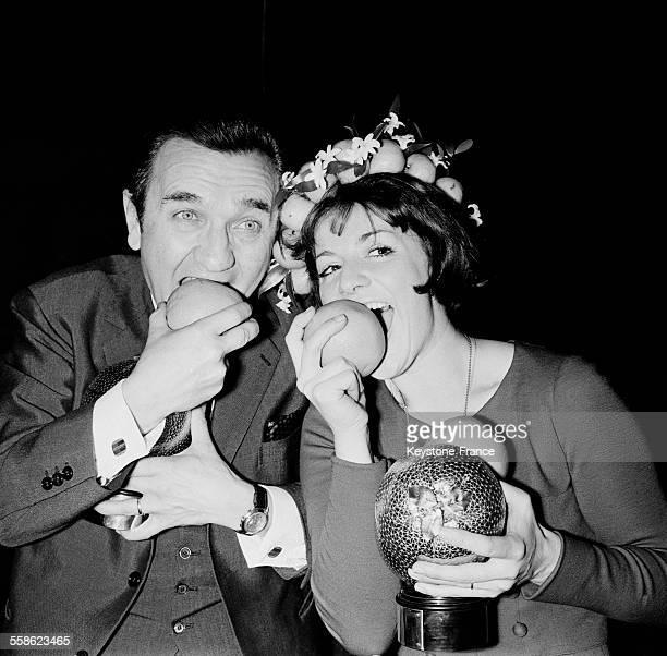 L'animatrice Anne Marie Peysson et le journaliste Roger Couderc recoivent le Prix Orange de la television a Paris France le 22 fevrier 1965