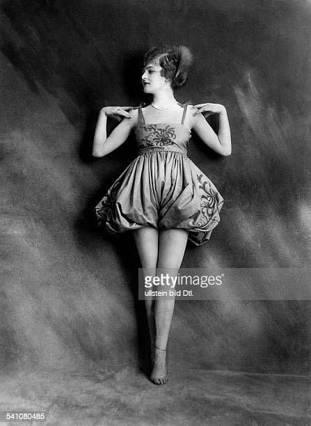 Anita Berber*10061899Dancer actress Germanyposing in a dress with bare legs published in the 'Berliner Illustrirte Zeitung' 48/1928