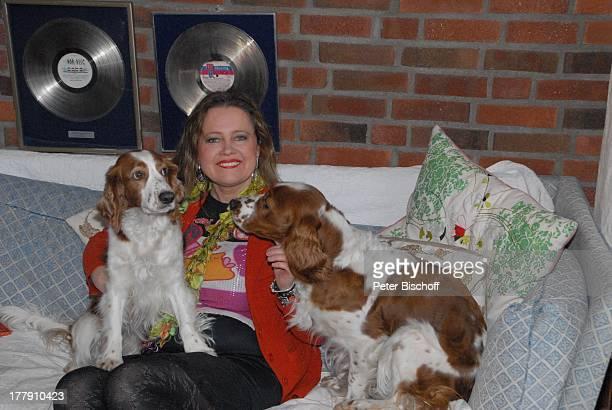 Anita Hegerland mit den Hunden der Familie den WelshSpringerSpanielHündinnen Bianca Mimie Homestory Insel Nesoya Norwegen Europa Wohnzimmer Sofa...