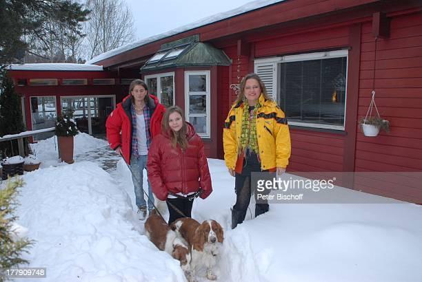 Anita Hegerland Tochter Kaja Sohn NoahDaniel mit den Hunden der Familie den WelshSpringerSpanielHündinnen Mimie und Bianca Homestory Insel Nesoya...