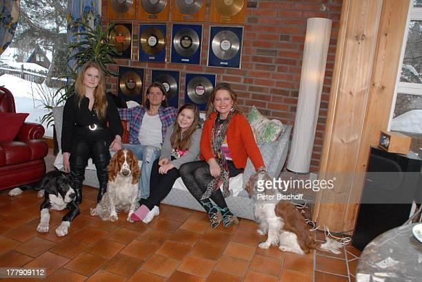 Anita Hegerland Tochter Kaja Sohn NoahDaniel Tochter Greta mit den Hunden der Familie Maximus die WelshSpringerSpanielHündinnenMimie und Bianca...