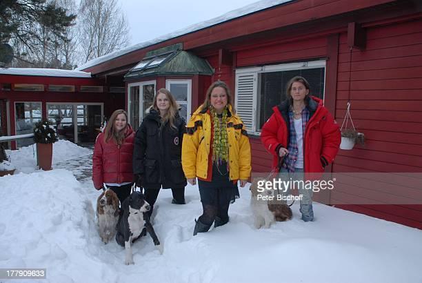 Anita Hegerland Tochter Kaja Tochter Greta Sohn NoahDaniel mit den Hunden der Familie Maximus den WelshSpringerSpanielHündinnen Mimie und Bianca...