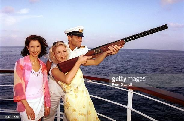 Anita Hofmann Alexandra Hofmann Geschwister Hofmann MittelmeerKreuzfahrt MS Astor Gewehr Reling Tontaubenschießen Schiff Meer CrewMitglied Urlaub