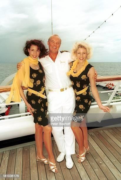 Anita Hofmann Schwester Alexandra Kapitän Roy Dearman Kreuzfahrt 1001 Nacht Luxusliner MS Royal Star ostafrikanische Küste/indischer Ozean Reling an...