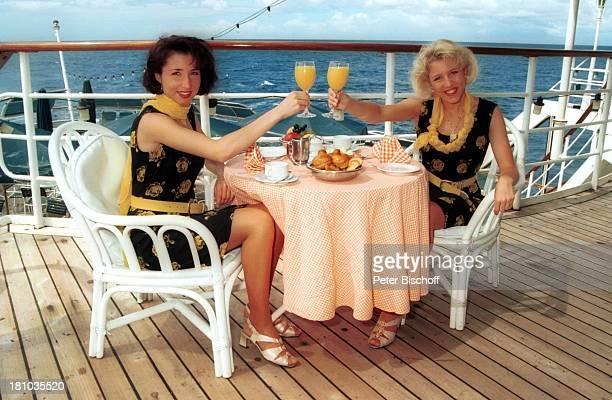 Anita Hofmann Schwester Alexandra Kreuzfahrt 1001 Nacht Luxusliner MS Royal Star ostafrikanische Küste/indischer Ozean Tisch Stuhl Frühstück Mahlzeit...