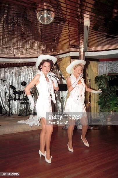 Anita Hofmann Schwester Alexandra Kreuzfahrt '1001 Nacht' Luxusliner MS 'Royal Star' ostafrikanische Küste/indischer Ozean Auftritt Bühne Mikrofon...
