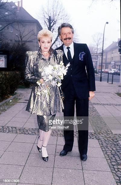 Anita Kupsch Ehemann KlausDetlef Krahn Hochzeit Berlin Deutschland EuropaSchmargendorf Blumen Kleid Fußweg