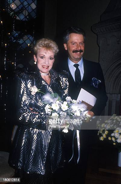 Anita Kupsch Ehemann KlausDetlef Krahn Hochzeit Berlin Deutschland EuropaSchmargendorf Standesamt Blumen