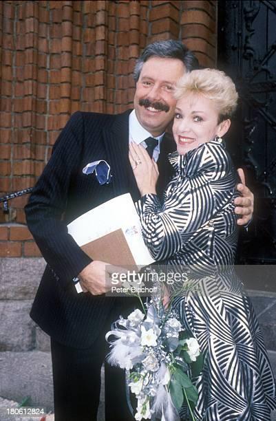 Anita Kupsch Ehemann KlausDetlef Krahn Hochzeit Berlin Deutschland EuropaSchmargendorf Standesamt Standesamtstor Treppe Blumen Umarmung
