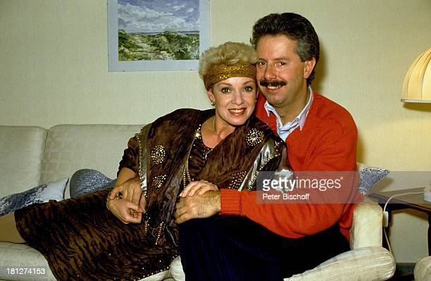 Anita Kupsch Ehemann KlausDetlef Krahn Homestory Berlin Deutschland Europa Schauspielerin Stirnband Wohnzimmer Sofa