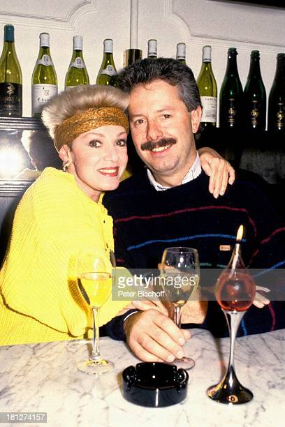 Anita Kupsch Ehemann KlausDetlef Krahn Homestory Berlin Deutschland Europa Schauspielerin Stirnband Getränk Glas trinken Wein