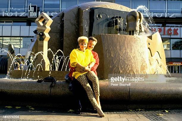 Anita Kupsch Ehemann KlausDetlef Krahn Homestory Berlin Deutschland Europa Schauspielerin Stirnband Brunnen Springbrunnen
