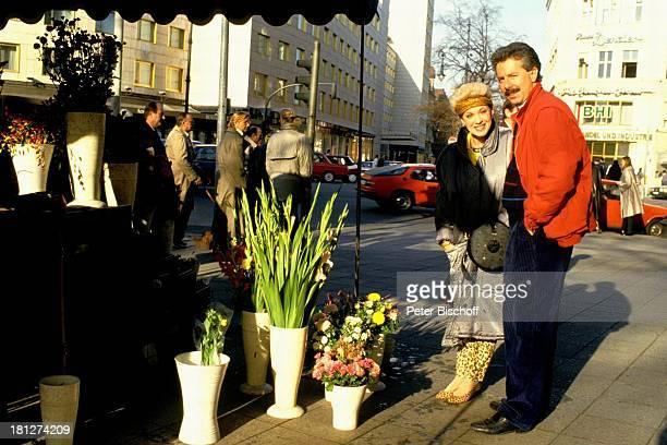 Anita Kupsch Ehemann KlausDetlef Krahn Homestory Berlin Deutschland Europa Schauspielerin Stirnband Blumen Blumengeschäft