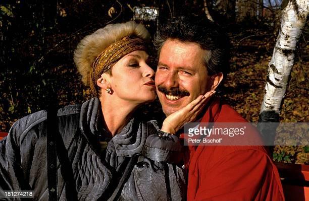 Anita Kupsch Ehemann KlausDetlef Krahn Homestory Berlin Deutschland Europa Schauspielerin Stirnband Kuss küssen