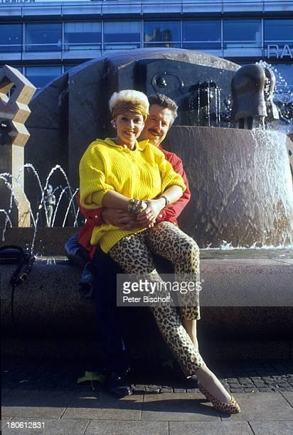 Anita Kupsch Ehemann KlausDetlef Krahn Springbrunnen Umarmung Berlin Deutschland Europa