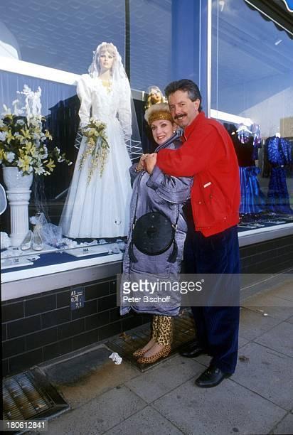 Anita Kupsch Ehemann KlausDetlef Krahn Umarmung Schaufenster Brautkleidgeschäft Berlin Deutschland Europa
