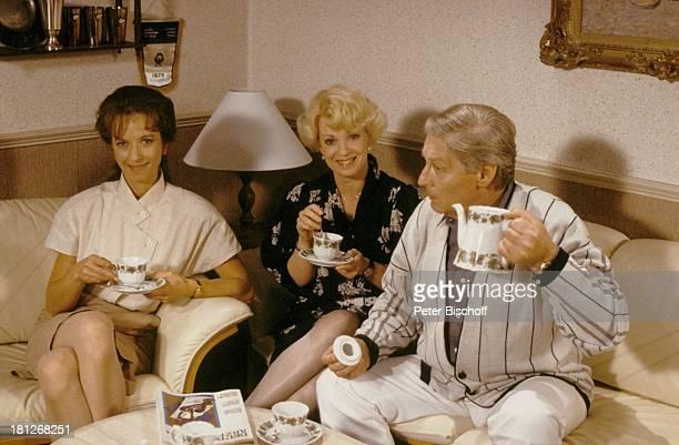 Anita Kupsch Günter Pfitzmann Mareike Carriere ARDSerie 'Praxis Bülowbogen' Berlin Deutschland Europa 'BUFAStudios' Folge 42 Tee trinken Tasse Kanne...