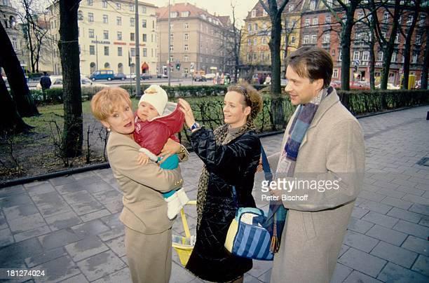 Anita Kupsch mit Enkelin Lea-Maria Schobesberger , Tochter Daniela Lohmeyer, Christoph Schobesberger , , Familien-Besuch, Berlin, Deutschland,...