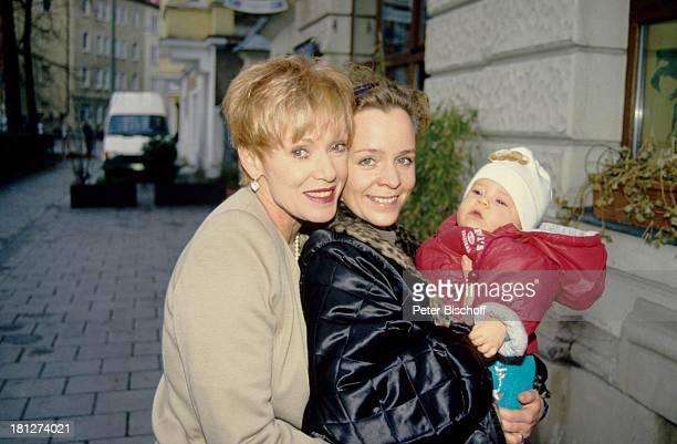 Anita Kupsch, Tochter Daniela Lohmeyer, Enkelin Lea-Maria Schobesberger , , Familien-Besuch, Berlin, Deutschland, Europa, , Baby, Säugling, Mutter,...