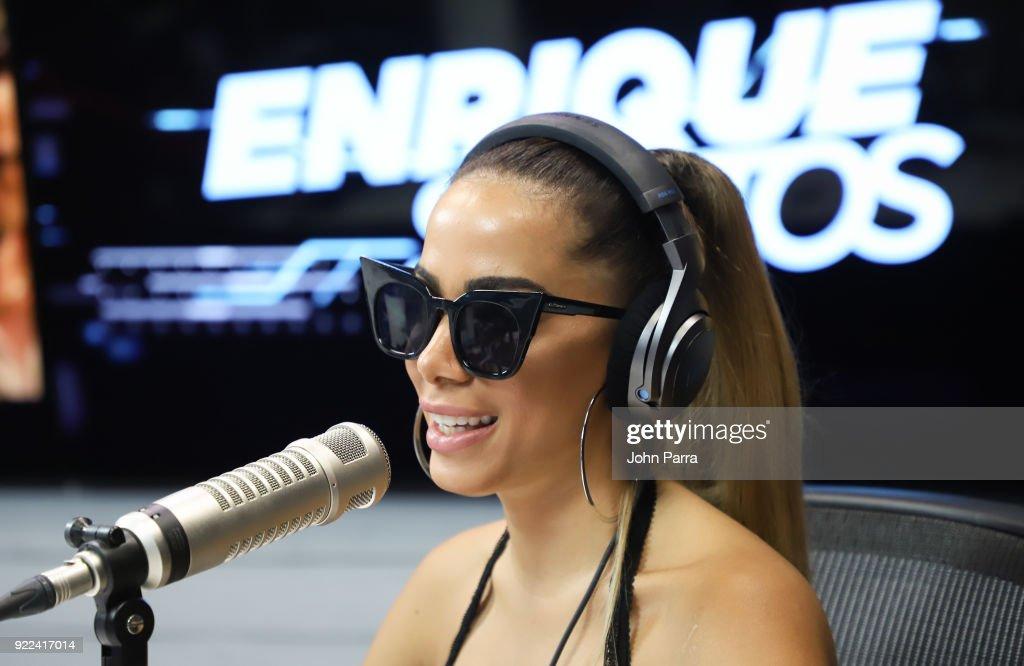 Celebrities Visit The Enrique Santos Show At I Heart Latino Studio : Nachrichtenfoto