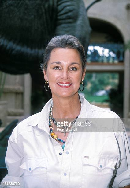 Anja Hauptmann neben den Dreharbeiten zur PRO 7 Serie 'Glueckliche Reise ' Folge 17 'Suedafrika' 'Sun City'/Bophutthatswana/SuedAfrika vor dem Hotel...