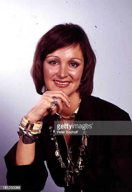 Anja Hauptmann Sängerin Porträt Portait geb 15 Juni 1941 Sternzeichen Zwillinge Studio Schmuck Armband Halskette Kette Promis Prominente Prominenter