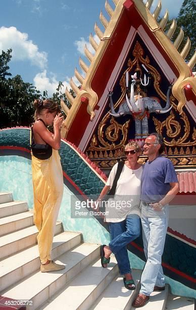 """Anja Kling mit Eltern Margarita und Ulrich Kling am am Rande der Dreharbeiten zur ZDF-Serie """"Verschollen in Thailand"""" auf Insel Koh Samui, Thailand."""