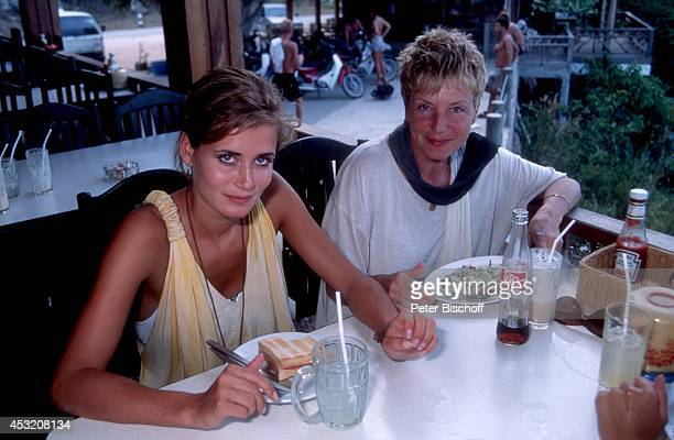 """Anja Kling mit Mutter Margarita Kling am am Rande der Dreharbeiten zur ZDF-Serie """"Verschollen in Thailand"""" auf Insel Koh Samui, Thailand."""