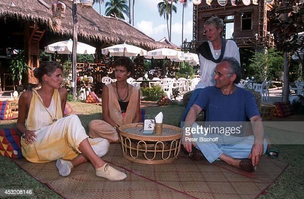 """Anja Kling und Schwester Gerit Kling mit Eltern Margarita und Ulrich Kling am am Rande der Dreharbeiten zur ZDF-Serie """"Verschollen in Thailand"""" auf..."""