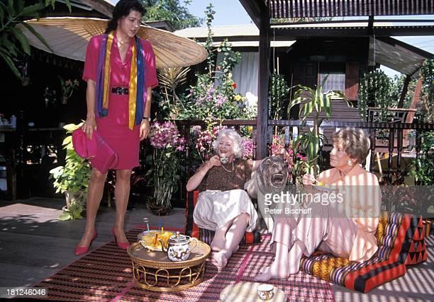Anja Kruse Elisabeth Wiedemann Tilly Lauenstein PRO 7 Serie Glueckliche Reise Folge 7 Thailand Bangkok/Thailand/Asien Terrasse Blumen Tasse Getraenk...