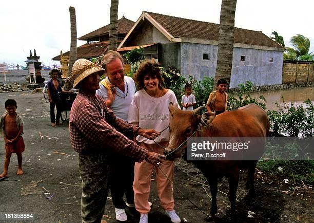 Anja Kruse Horst Naumann indunesischer Bauer Kind ZDFSerie 'Traumschiff' Folge 'Thailand' Bali Indunesien Asien Tier Kuh Bauernhof Schauspieler...