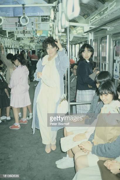 Anja Kruse, Japan, Ginza, Japan, Asien, , Urlaub, Strassenbahn, Handtasche, Schauspielerin,