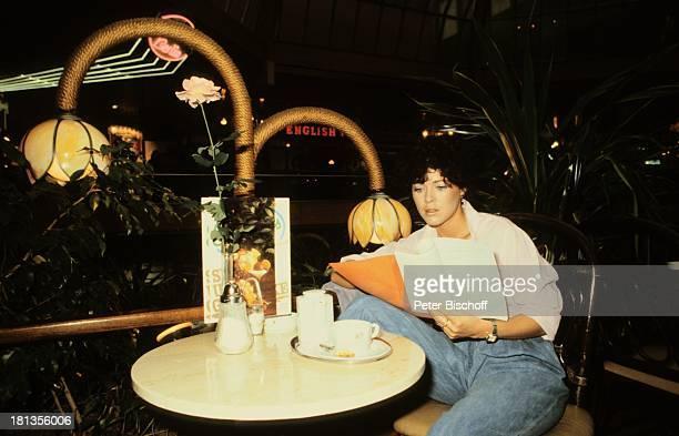 Anja Kruse, Stadtbummel, Berlin, Deutschland, , lesen, trinken, Kaffee, Schauspielerin,