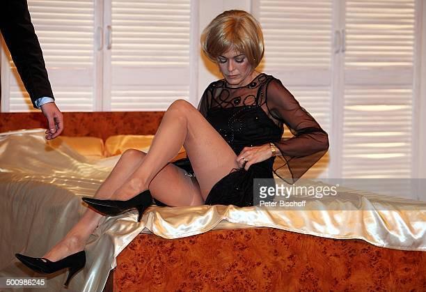 Anja Kruse TheaterStück 'Die Reifeprüfung' Düsseldorf Deutschland PNr 1653/2006 'Theater an der Kö' Bühne Auftritt sexy Bein Beine beinfrei...