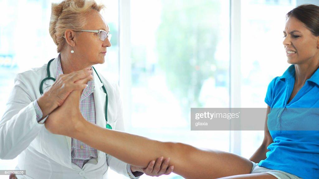 足首の捻挫の検査。 : ストックフォト