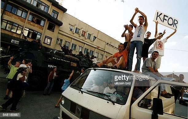 Ankunft eines Bundeswehr - Konvois der KFOR - Truppe in Prizren: Jubelnde Bewohner vor einem Panzer mit Soldaten