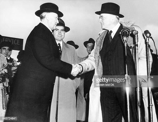 Ankunft in Washington:Begrüssung durch AussenministerJohn Foster Dulles ; im HintergrundRichard Nixon.
