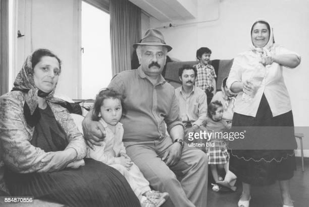 Ankunft von asylsuchenden rumänischen Eine Familie in ihrer vorläufigen Unterkunft in Notaufnahmelager Biesdorf