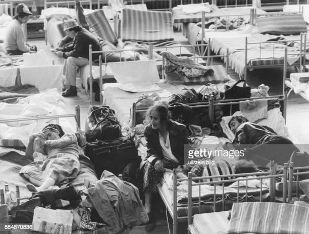 Ankunft von asylsuchenden rumänischen Staatsbürgern in OstBerlin DDR Vorläufige Unterbringung in der Turnhalle der HansRodenbergOberschule in...