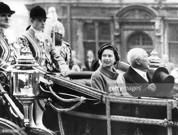 Ankunft von Bundespräsident Theodor Heussin LondonKönigin Elisabeth II und Heuss in derStaatskarosse auf der Fahrt von VictoriaStation zum Buckingham...