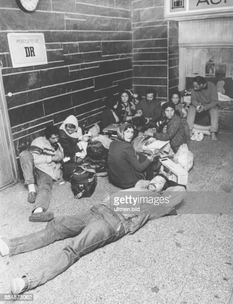Ankunft von rumänischen Staatsbürgern Nachdem das Notaufnahmelager Biesdorf wegen Überfüllung geschlossen wurde richten sich Neuankömmlinge im...
