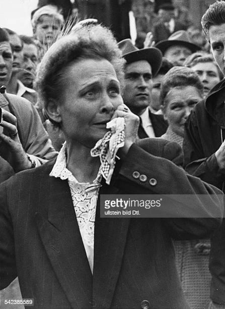 Ankunft von Spätheimkehrern im Lager Friedland Eine Frau wartet vermutl 1958