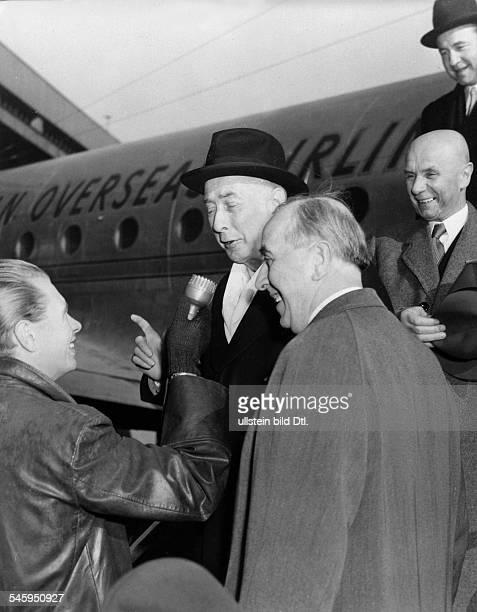 Ankunft von Theodor Heuss auf demFlughafen Tempelhofvr Jakob Kaiser Ernst Reuter Heussund ein Reporter des RIAS