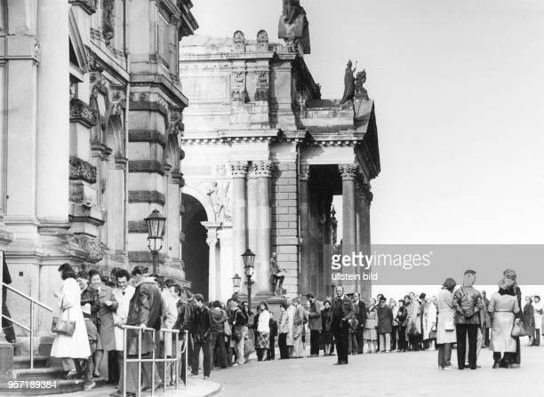 Anlässlich der IX Kunstausstellung der DDR in Dresden stehen die Besucher vor dem Albertinum auf der Brühlschen Terrasse Schlange aufgenommen 1982...
