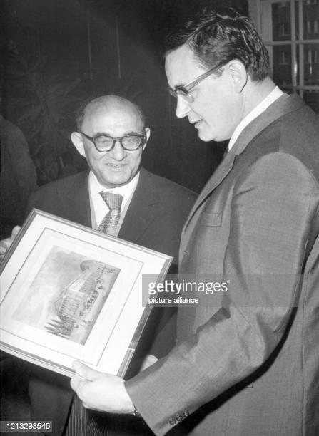 Anlässlich seines 75 Geburtstags erhält Hans E Hirschfeld am in Berlin vom Regierenden Bürgermeister Klaus Schütz einen wertvollen Stich Hans Emil...