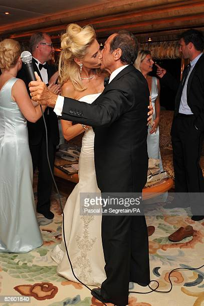 ACCESS*** Anna Anka and Paul Anka kiss during their wedding on the yacht MY Siran on July 26 2008 in Porto Cervo Sardinia Italy